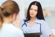 Терапевт проводит консульатцию